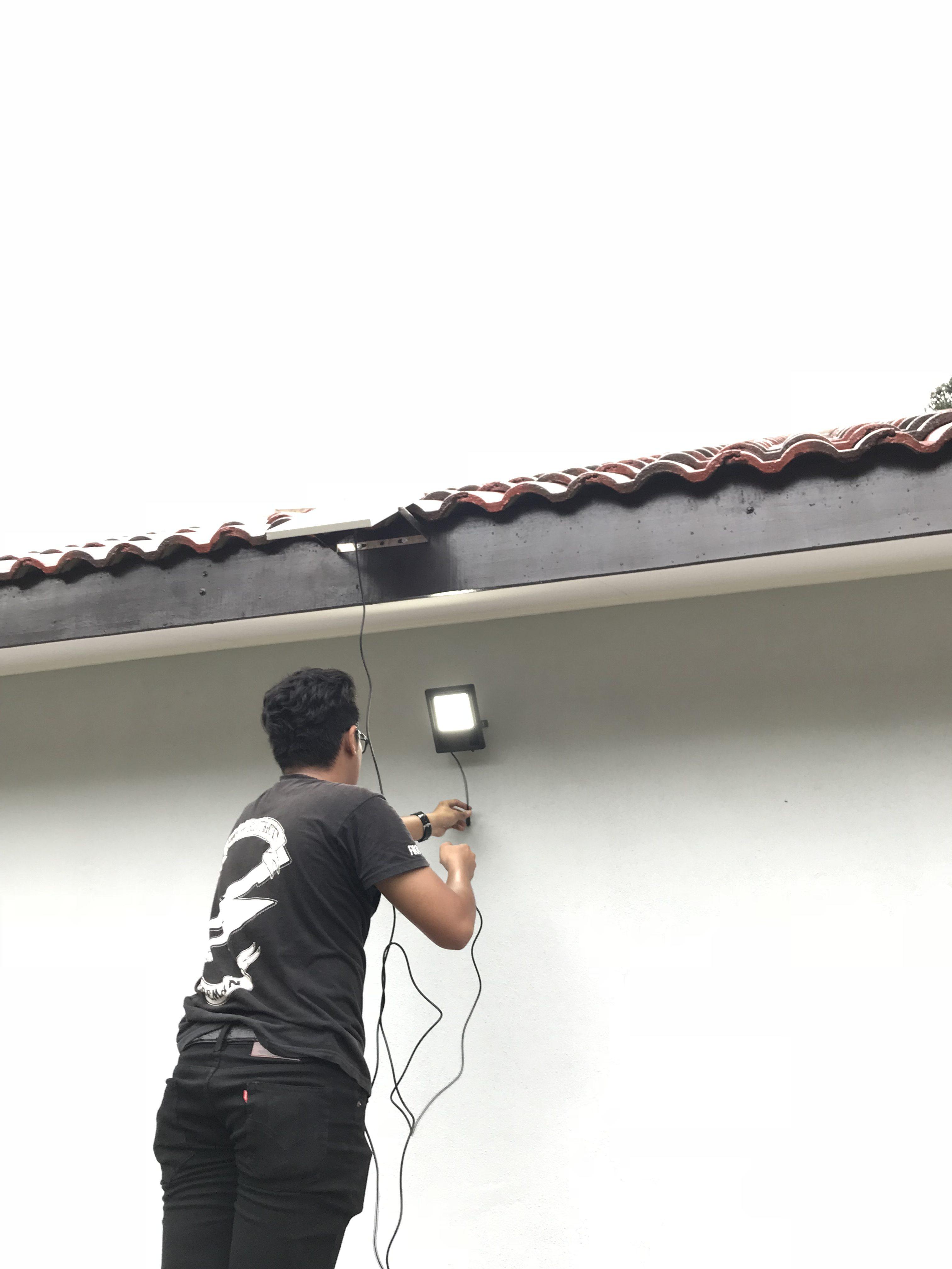 Fikri Pasang Lampu Solar